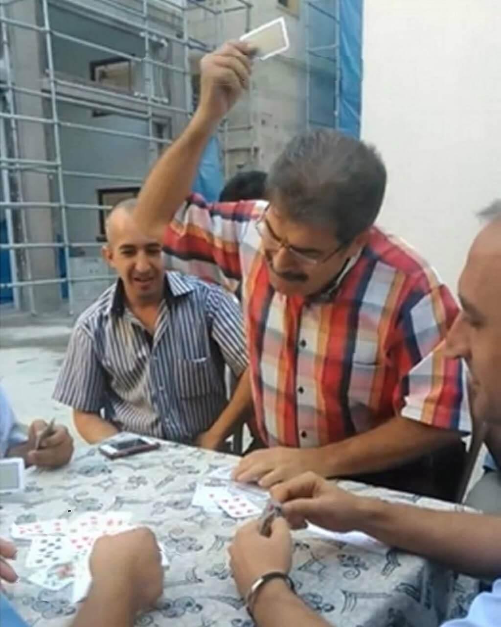 Plantilla de Hombre poniendo las cartas sobre la mesa