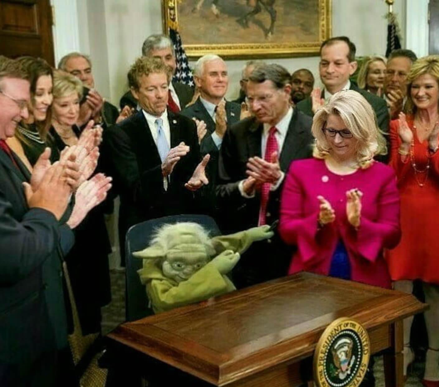 Ir a la pagina de la plantilla Yoda haciendo un dab | todos aplaudiéndole.